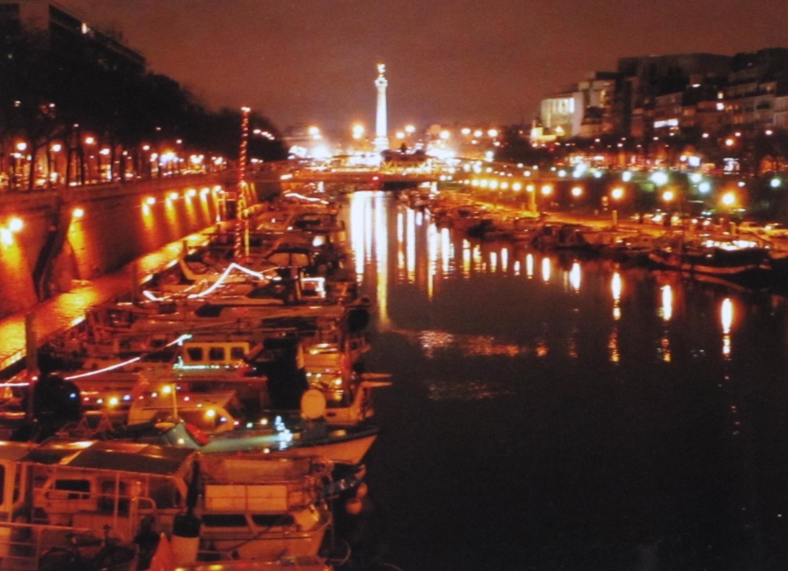 Paris Port de l\'Arsenal and Colonne de la Bastille by night